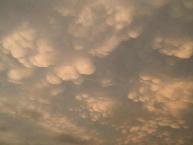 一團團的乳狀雲