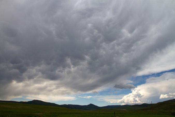 溼氣過重而下沉的雲
