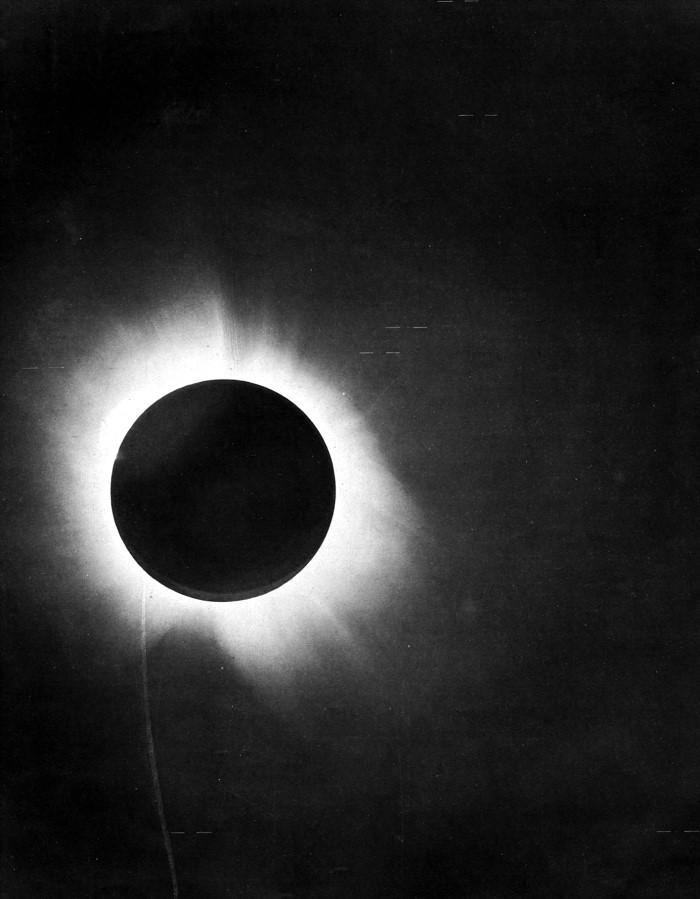 愛丁頓等人在1919年5月29日拍攝的日全食。/PHOTOGRAPH BY F. W. Dyson, A. S. Eddington, and C. Davidson