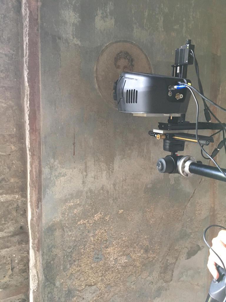 可攜式X光機讓研究人員能重建圖像又不會破壞畫作。/ PHOTOGRAPH COURTESY ROBERTO ALBERTI