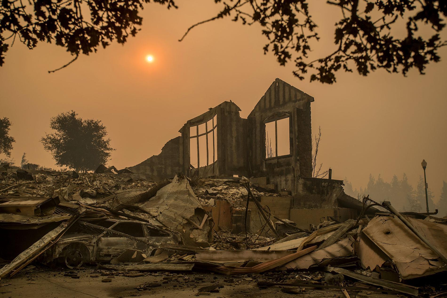 塔布斯野火(Tubbs fire)10月10日肆虐加州,聖塔羅莎市Chanterelle Circle一處住家只剩下佇立的斷垣殘壁。塔布斯野火是加州史上第六大致命的野火。PHOTOGRAPH BY NOAH BERGER, SAN FRANCISCO CHRONICLE