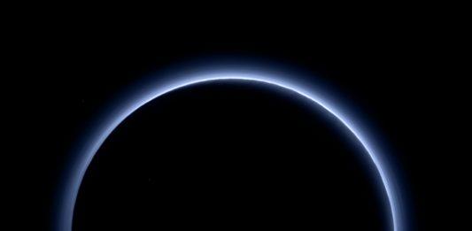 新視野號飛離冥王星時,拍攝到冥王星背向太陽的畫面,地球上月全食發生時,月球上往地球看見景象和這個畫面很相似,只是藍色的環變成紅色的。