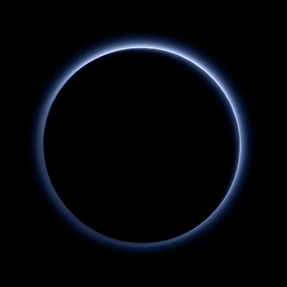 新視野號飛離冥王星時,拍攝到冥王星背向太陽的畫面,地球上月全食發生時,月球上往地球看見景象和這個畫面很相似,只是藍色的環變成紅色的。影像來源:NASA
